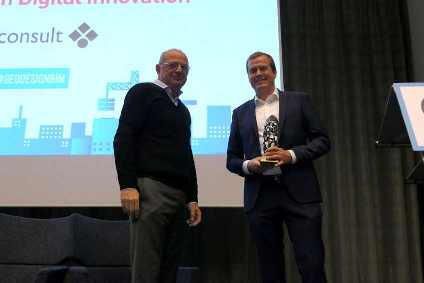 Head of VDC, Mr. Torkil Håheim Kind (right), accepted the award on behalf of colleagues in Norconsult.